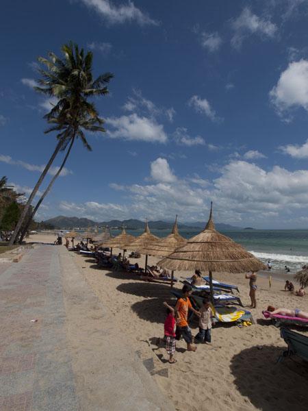 ニャチャンのビーチ。波はけっこう強気。