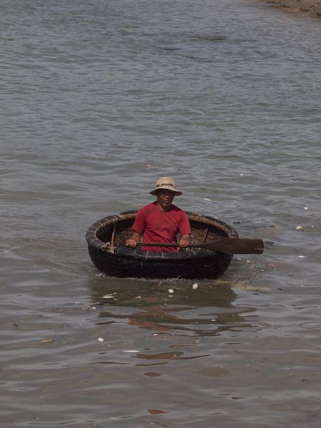 丸い小舟。