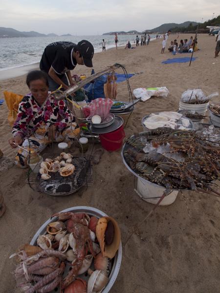 ニャチャンのビーチの鮮魚屋さん。