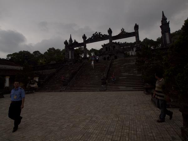 カイディン帝廟(Tomb of Khai Dinh)の入口。雨降ったくらいだから、暗いね。