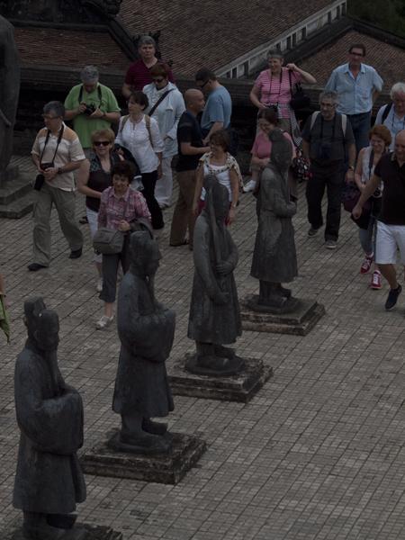 家臣の像と観光客。
