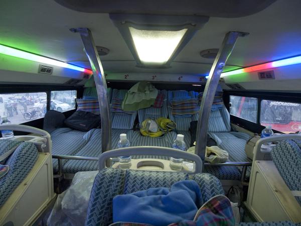 ベトナムのフエから、ラオスのパクセへ向かうバス。 その名もスリーピングバス。