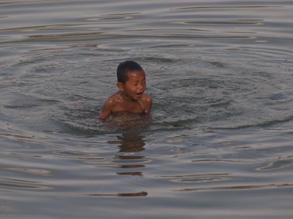 全裸で遊ぶ子供。メコン川にワニはいないのだろうか。