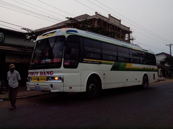 パクセからフエに向かうバス。
