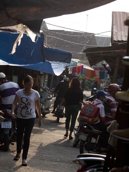 市場の裏路地。アジアにしては、きれいです。ゴミがあまり落ちてません。