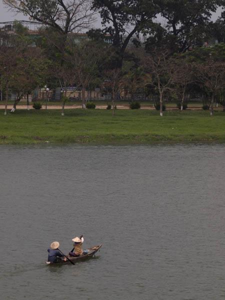川には、小舟。