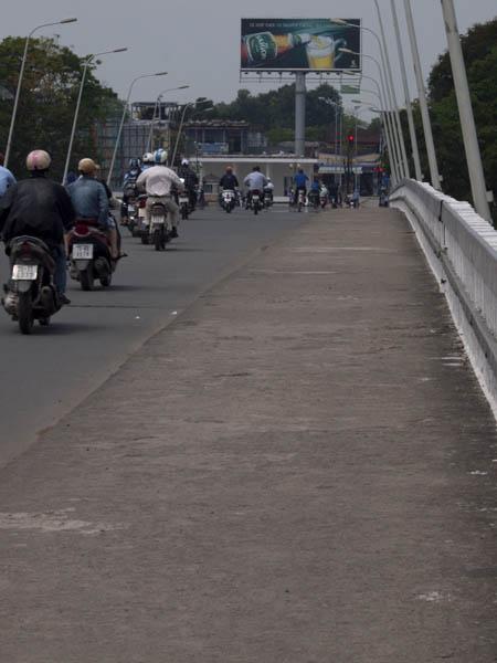 橋をとぼとぼ渡る。