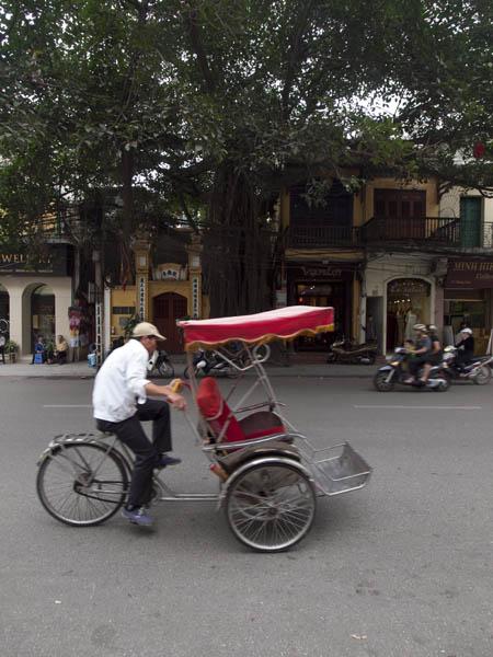 ホーチミンに負けず劣らずのバイクが走っているのですが、この写真では一切伝わらないですね。逆に静かな街に見えます。