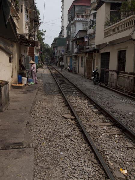 住宅街の線路。電車を待つほどの根性はない。そこがボクの限界だね。