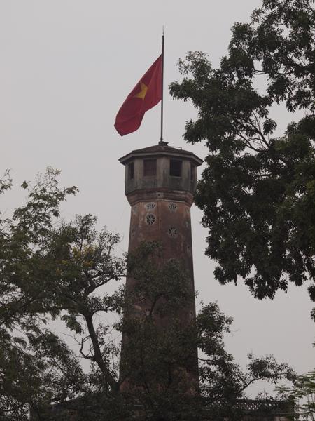 陸軍博物館の横のフラッグタワー。世界遺産「タンロン遺跡」の一部。今日は、博物館が休みなので登れず。
