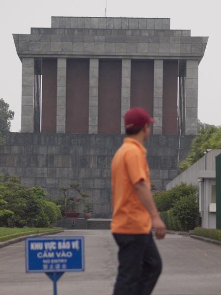 ホー・チ・ミン廟。ここに死体が安置されてます。見られます。ホーチミンとかレーニンとかスターリンとか毛沢東とか蒋介石とか金正日とか金日成とかチャベスとか、あっち系の人たちは、死体を残すの好きですね。
