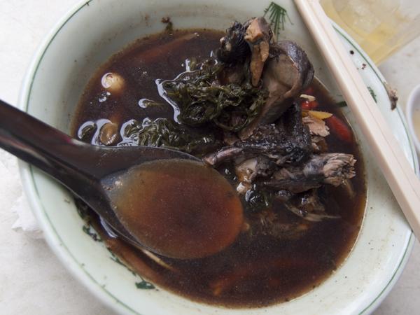 スープが黒くて不気味です。烏骨鶏のくちばし付きの完全な頭とか、ばりばり食いました。頑張れば食えなくもない程度の小骨あり。意外にさっぱりした味です。