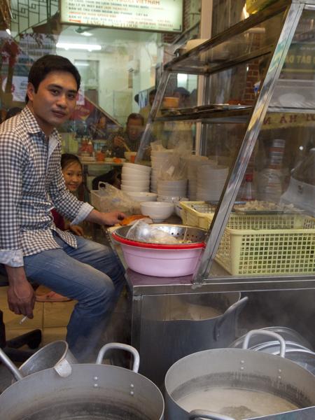 ここのフォーは、椎茸みたいのが入ってて、美味しかった。HONG KONGと店名にあったから、そっち系統にアレンジされているのかもしれないです。