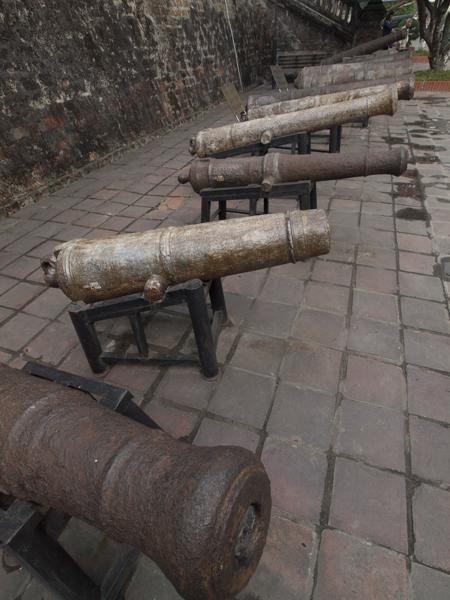 軍事歴史博物館のフラッグタワー横に並べられた大砲。大砲に興味があるわけじゃないです。