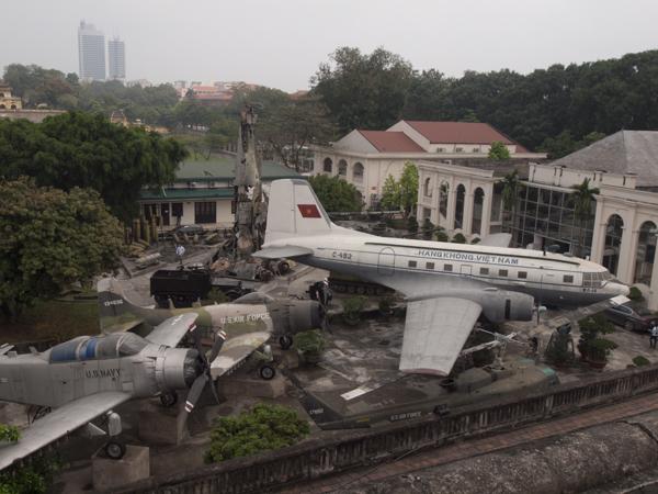 博物館の狭い敷地にむりやり並ばされた飛行機とか。