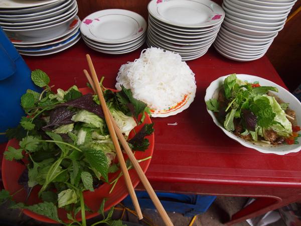 左が野菜。野菜というより、気分的に草。真ん中の白いのが麺。右側がつけダレ。タレにハンバーグみたいのが入ってます。さっぱりしてて美味しいです。