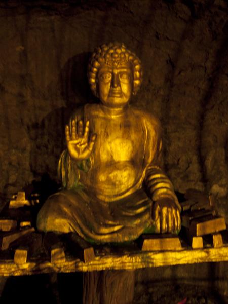 トンネル内の仏像。本物は盗まれたので、レプリカです。他では見たことのないタイプの変な顔です。