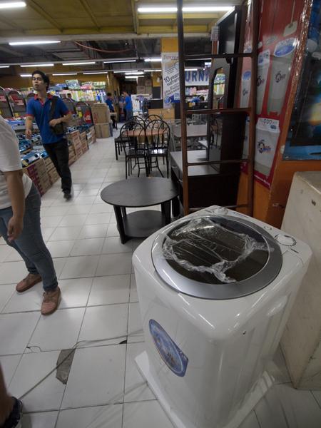 脱水のない、洗うだけの洗濯機。7.8kg。3,250ペソ(7,512円)。