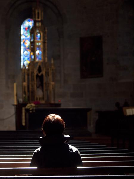 パイプオルガンが鳴り響く教会。
