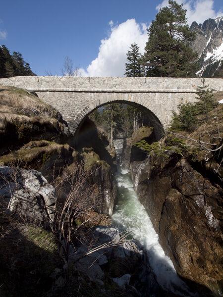 ガヴァルニーの滝。このあたり、雪解け水の滝だらけ。意外に迫力あります。