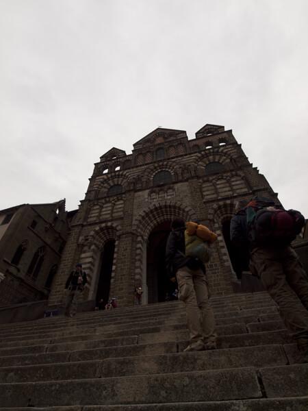 坂道の先に立つカテドラル。中に入って二階が聖堂です。Goodなアプローチです。