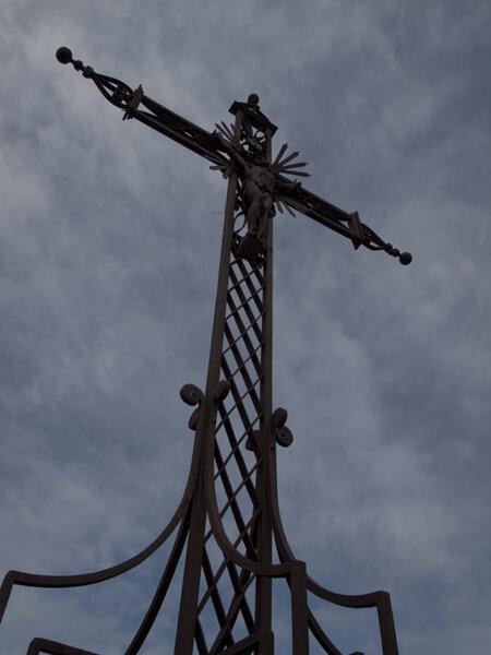 キリスト教ですからね、十字架が多いです。
