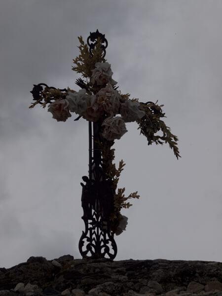 花の十字架。