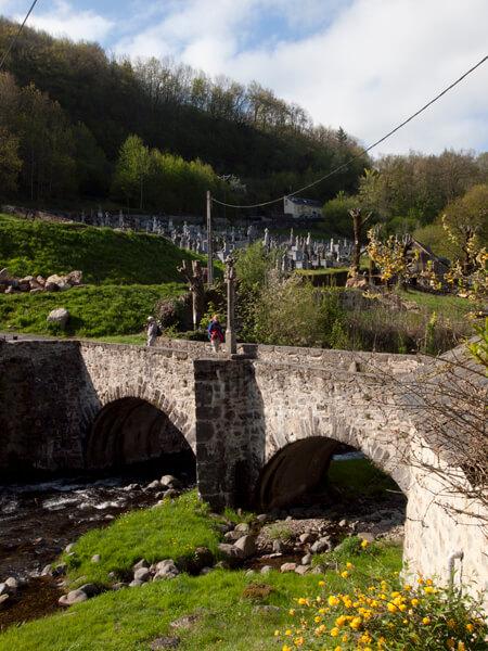 Saint-Come-d'oltの町の入口に架かる橋。