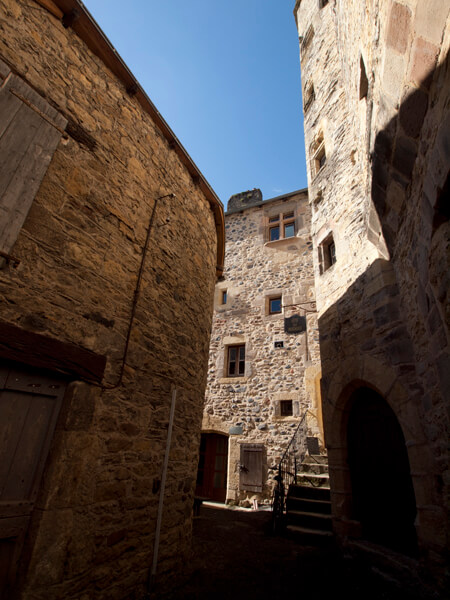 Saint-Come-d'oltの町は、路地に味があります。壁が実に渋い。移住先候補にノミネートされました。