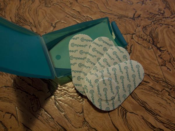箱を開けると、絆創膏みたいのが、五枚入ってます。
