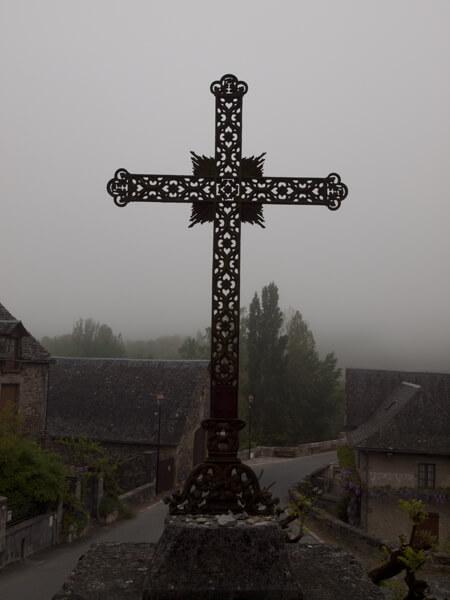霧にむせぶ村。十字架が見下ろす。