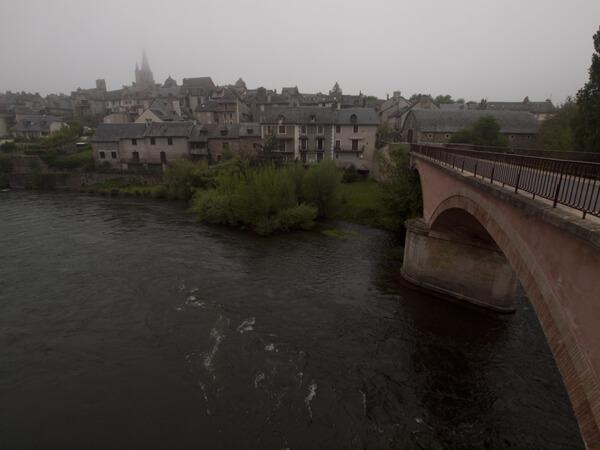 町の入口は、橋。左手奥に霞む教会。