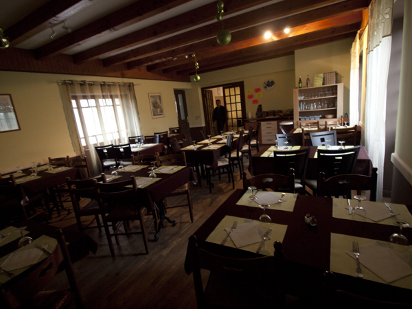 昨夜の貸し切りだった宿のレストラン。誰ひとり客がいないのに、テーブルに並んだワイングラス。サイコ映画が始まるような不気味感が、たまらん。