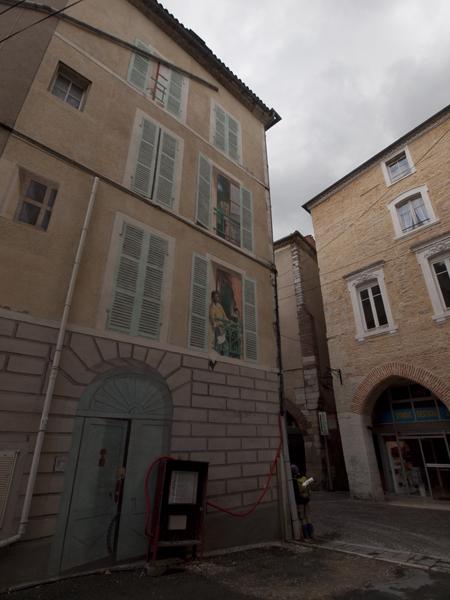 左手の建物の窓やドアは絵。