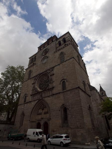 Cahorsの教会。段差のない形が新鮮です。