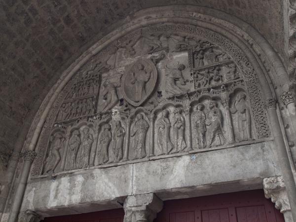 教会の入口の上。どうやらこの彫刻が有名らしい。
