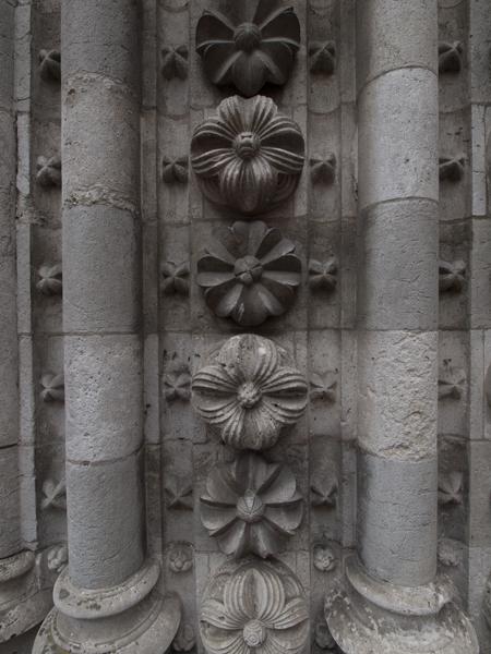 教会の壁。菊の門っぽい。