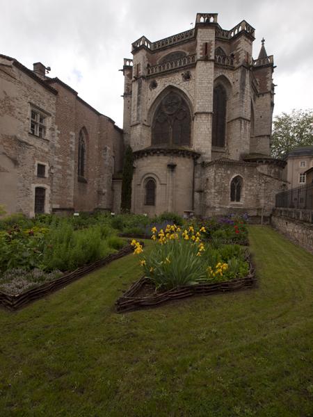 教会の後ろ姿。庭は狭い。