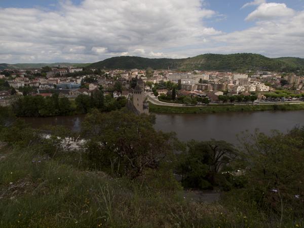 ヴァラントレ橋を渡って、急な坂道を登った丘から撮影。カオール(Cahors)の街。
