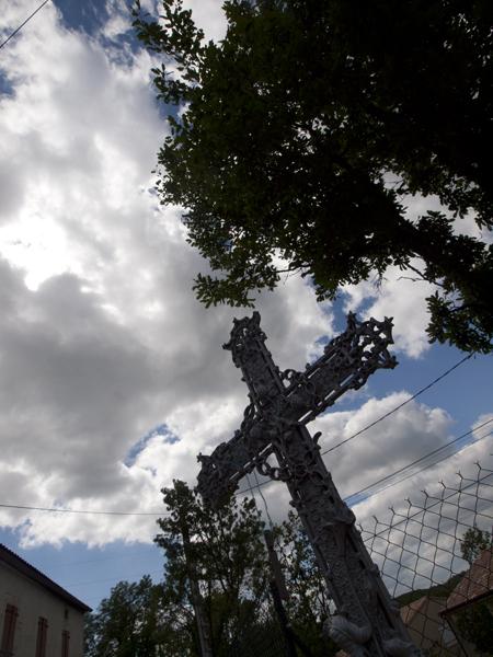 巡礼路に立つ十字架。