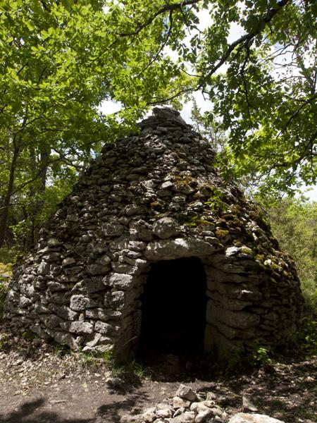 この石造りの小屋は何でしょう? 農機具を置くためのもの?