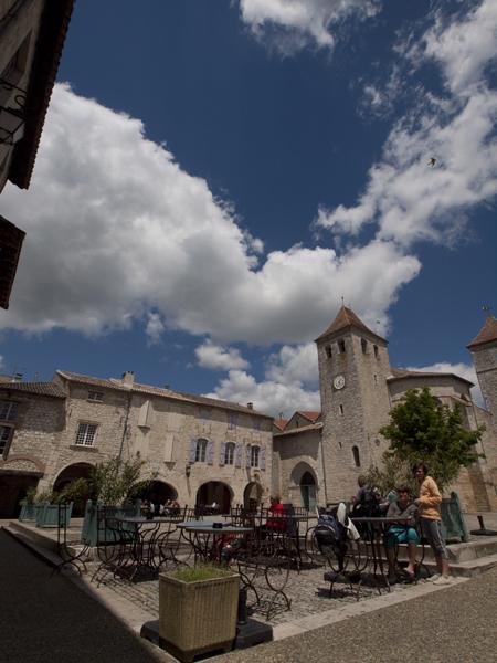 教会と広場。カフェが三軒。それだけ。