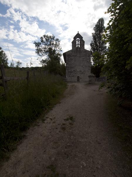 集落から離れた小さな教会。