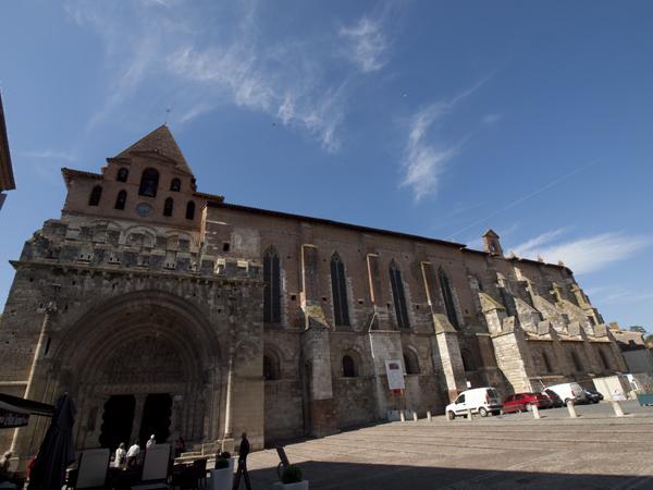 Moissacの町の大聖堂。かなり規模があります。