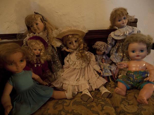 階段を上がった横に置いてある人形。夜、トイレに行く時、彼女たちの顔が浮かんで、チビリそうになりました。