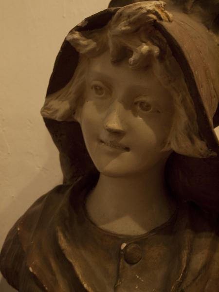 廊下の人形。これもまた闇夜で目が合うと、チビリます。