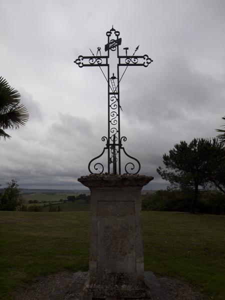 畑の前の十字架。