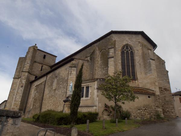 Castet-Arrouyの町の教会。要塞っぽい。