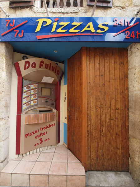 ピザの自動販売機。24時間営業です。