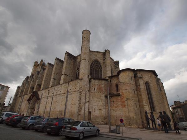 Condom(コンドン)の教会。平たい柱が外に張り出していて、ゴツい。要塞のようです。非常にかっこいい。